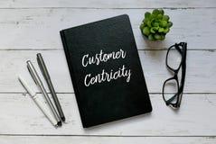 Bedrijfs concept Hoogste die mening van glazen, installatie, pen en notitieboekje met Klant Centricity worden geschreven royalty-vrije stock foto