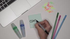 Bedrijfs concept Omhoog sluit het vrouwen schrijvende BEDRIJF op blocnote, stock video