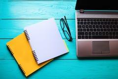 Bedrijfs concept Online Onderwijs Werkplaats met computer en notitieboekjes met exemplaarruimte Hoogste mening Spot omhoog royalty-vrije stock afbeeldingen