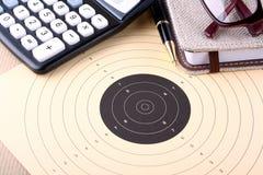 Het bepalen van doelstellingen, doel, calculator, notitieboekje, glazen Stock Foto's