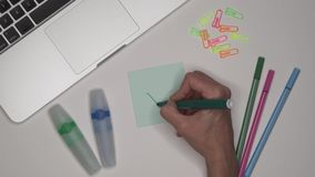 Bedrijfs concept Vrouw die groen vinkje trekken Bureaudesktop met laptop stock footage