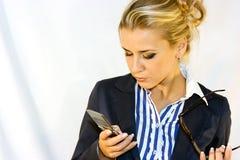 Bedrijfs dame met mobiel Stock Foto