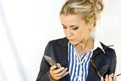 Bedrijfs dame met mobiel Royalty-vrije Stock Afbeelding