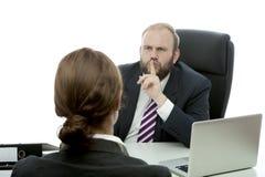 Bedrijfs de man en de vrouw bij bureau hebben een geheim Royalty-vrije Stock Foto's