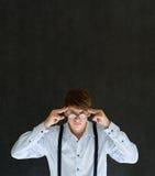 De mens denkt of hard denkend met glazen Stock Fotografie