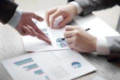 Bedrijfs de mens en de Partner stellen businessplannen aan jonge ondernemers voor om te verbeteren royalty-vrije stock afbeelding