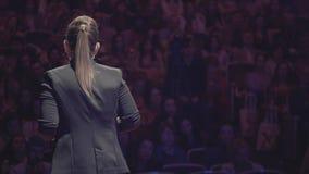 Bedrijfs deskundige rietlezing aan publiek bij congres stock video