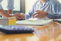 Bedrijfs en financiënconcept bureau die, Zakenlieden die analysegrafiek bespreken werken Stock Foto