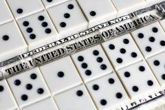 Bedrijfs en financiënconcept - domino's en ons dollar Stock Fotografie