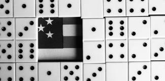 Bedrijfs en financiënconcept - domino's en ons dollar Royalty-vrije Stock Afbeelding