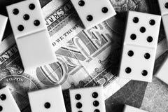 Bedrijfs en financiënconcept - domino's en ons dollar Royalty-vrije Stock Foto's