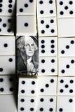 Bedrijfs en financiënconcept - domino's en ons dollar Royalty-vrije Stock Fotografie