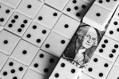 Bedrijfs en financiënconcept - domino's en ons dollar Royalty-vrije Stock Afbeeldingen