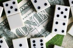 Bedrijfs en financiënconcept - domino's en ons dollar Stock Afbeeldingen