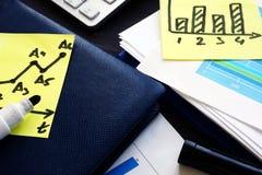 Bedrijfs en marketing strategieën Rapporten met financiële grafieken over het bureau stock afbeeldingen