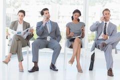 Bedrijfs en mensen die zitten wachten Royalty-vrije Stock Fotografie