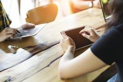 Bedrijfs en technologieconcept Close-up van mensen die onlin werken stock afbeeldingen