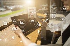 Bedrijfs en technologieconcept Grafieken en pictogrammen op virtuele het schermachtergrond stock foto