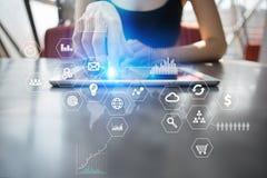 Bedrijfs en technologieconcept Grafieken en pictogrammen op virtuele het schermachtergrond Royalty-vrije Stock Fotografie