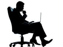 Bedrijfs ernstige gegevensverwerking tussen mens en computer royalty-vrije stock foto