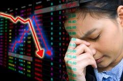 Bedrijfs ernstige vrouw een dalende grafiek van voorraad Stock Afbeelding