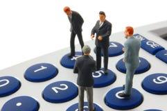 Bedrijfs geïsoleerdeo mensen op calculator Stock Foto