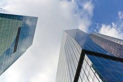 Bedrijfs gebouwen onder de hemel Stock Fotografie
