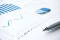 Bedrijfs gegevens rapport en grafiekaf:drukken Selectieve nadruk Blauwe toon Stock Foto