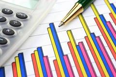Bedrijfs grafiek, calculator en pen stock afbeelding