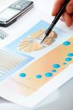 Bedrijfs grafieken en mannelijke hand stock foto's