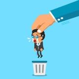 Bedrijfs grote hand die een zakenman werpen aan afvalbak Stock Afbeelding