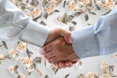 Bedrijfs handdruk met geldachtergrond Stock Fotografie
