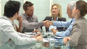 Bedrijfs handdruk om een overeenkomst te verzegelen