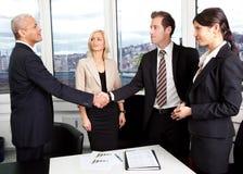 Bedrijfs handdruk over de overeenkomst Stock Foto