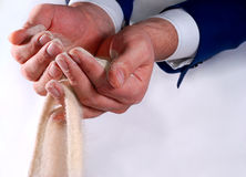 Bedrijfs handen die zand houden Stock Afbeelding
