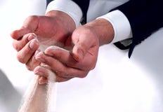 Bedrijfs handen die zand proberen te houden stock fotografie