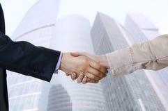 Bedrijfs handschok tussen twee collega's Stock Foto's