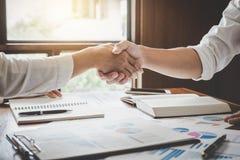 Bedrijfs het schudden handen na het bespreken van goede overeenkomst van Handel aan royalty-vrije stock afbeelding