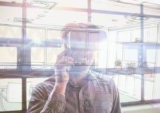 bedrijfs jonge mens met 3D glazen in de bureauoverlapping met bureaulijnen Royalty-vrije Stock Afbeeldingen