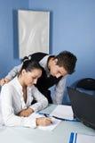 Bedrijfs jonge volwassenen die in bureau werken Stock Afbeeldingen