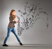 Bedrijfs jonge vrouw met saxofoon Royalty-vrije Stock Foto's