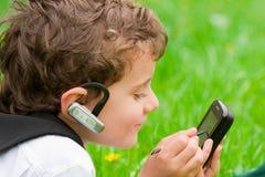 Bedrijfs jongen met mobiele telefoon Stock Foto's