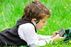 Bedrijfs jongen met mobiele telefoon Royalty-vrije Stock Foto