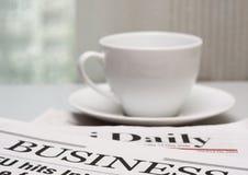 Bedrijfs krant en een kop van koffie Royalty-vrije Stock Foto