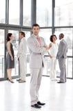 Bedrijfs leider leiding tonen en team die Royalty-vrije Stock Afbeeldingen