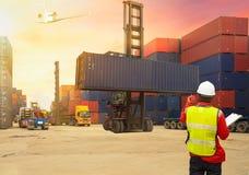 Bedrijfs logistisch concept, de ladingscontainers BO van de Voormancontrole royalty-vrije stock foto's