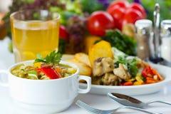 Bedrijfs lunch met soep, salade en sap Royalty-vrije Stock Afbeeldingen