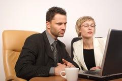 Bedrijfs man & vrouw die 2 samenwerken royalty-vrije stock afbeelding