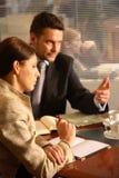 Bedrijfs man en vrouw die in het bureau spreken royalty-vrije stock fotografie