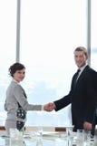 Bedrijfs man en vrouwenhanddruk op vergadering Stock Foto's
